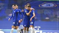 Chelsea merayakan gol yang dicetak oleh Cesar Azpilicueta ke gawang Burnley dalam lanjutan Liga Inggris 2020/2021, Minggu (31/1/2021) dini hari WIB. (Justin Tallis/Pool Via AP)