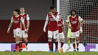 Para pemain Arsenal tertunduk lesu setelah Tomas Holes, pemain Slavia Praha, mencetak gol penyama kedudukan saat kedua kesebelasan bertanding pada leg pertama perempat final Liga Europa, Jumat (9/4/2021) dini hari WIB. (Ian KINGTON / AFP)