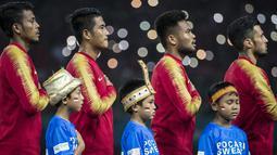 Pemain Indonesia bersama anak-anak menyanyikan Indonesia Raya saat pertandingan melawan Laos pada laga Asian Games di Stadion Patriot, Jawa Barat, Jumat (17/8/2018). Indonesia menang 3-0 atas Laos. (Bola.com/Vitalis Yogi Trisna)