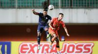 Striker Arema FC, Carlos Fortes (biru), saat berduel udara dalam laga kontra Persiraja Banda Aceh dalam laga pekan kedelapan BRI Liga 1 2021/2022 yang digelar di Stadion Maguwoharjo, Sleman, Sabtu (23/10/2021). Arema FC menang 2-0 dalam laga ini. (Bola.com/Bagaskara Lazuardi)