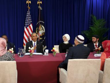 Presiden AS, Barack Obama (tengah) berbincang dengan tokoh masyarakat Muslim Amerika di masjid Islamic Society of Baltimore, Catonsville, Maryland, Rabu (3/2/2016). Ini kunjungan pertama Obama sejak dua periode menjadi Presiden. (REUTERS/Jonathan Ernst)