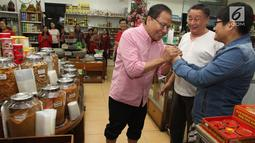 Mantan Menko Bidang Kemaritiman Rizal Ramli menyapa warga saat mengunjungi Glodok, Jakarta Barat, Kamis (15/2). Rizal bercerita, dalam dialog tersebut banyak pedagang kaki lima (PKL) yang gelisah dengan situasi ekonomi negara. (Liputan6.com/Pool/Yasin)