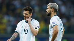 Ekspresi penyerang Argentina Lionel Messi (kiri) dan Sergio Aguero usai kalah dari Brasil dalam semifinal Copa America 2019 di Stadion Mineirao, Belo Horizonte, Brasil, Selasa (2/7/2019). Brasil lolos ke final Copa America 2019 setelah mengalahkan Argentina 2-0. (AP Photo/Victor R. Caivano)