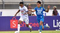Bek sayap Persib, Zalnando mengawal pemain Arema, Ridwan Tawainella, di Stadion Si Jalak Harupat, Soreang (12/11/2019). (Bola.com/Iwan Setiawan)