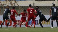 Bek Persik Kediri, Dany Saputra (tengah) berusaha menghalau bola saat kemelut terjadi di depan gawang Persik Kediri dalam laga Grup C Piala Menpora 2021 di Stadion Si Jalak Harupat, Bandung, Sabtu (3/4/2021). (Bola.com/Ikhwan Yanuar)