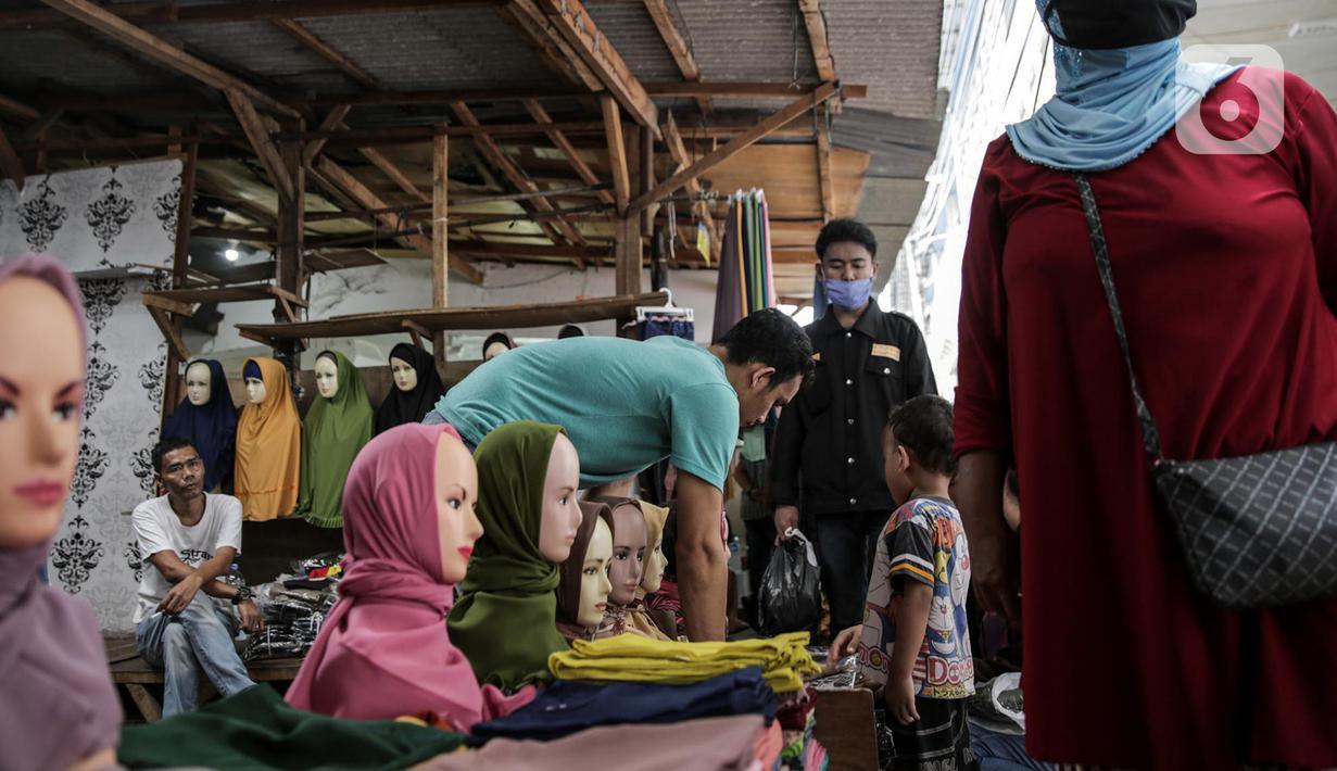 Pedagang kaki lima mulai berjualan di Jalan Jati Baru II, Tanah Abang, Jakarta, Senin (18/5/2020). Meski kawasan niaga Pasar Tanah Abang telah tutup selama masa PSBB, namun sebagian oknum pedagang tetap menggelar lapaknya di sejumlah titik seperti di atas trotoar. (Liputan6.com/Faizal Fanani)