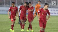 Pemain Timnas Indonesia U-19 tertunduk usai kalah melawan Jepang U-19 pada perempat final Piala AFC U-19 2018 di Stadion GBK, Jakarta, Minggu (28/10). Indonesia kalah 0-2. (Liputan6.com/Helmi Fithriansyah)