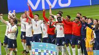 Para pemain Inggris melakukan selebrasi usai mengalahkan Denmark pada pertandingan semifinal Euro 2020 di Stadion Wembley, London, Kamis (8/7/2021). Inggris menang atas Denmark dengan skor 2-1. (Justin Tallis/Pool Photo via AP)