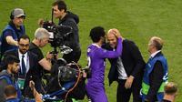 Pelatih Real Madrid, Zinedine Zidane, bersama Gelandang Real Madrid, Isco melakukan selebrasi usai mengalahkan Juventus pada laga final Liga Champions di Stadion Millennium, Cardiff, Sabtu (3/06/2017). Real Madrid menang 4-1. (AFP/Ben Stansall)