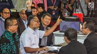 Tim hukum Prabowo-Sandi yang diketuai Bambang Widjojanto (tengah) mendaftarkan gugatan sengketa hasil Pilpres 2019 di Mahkamah Konstitusi, Jakarta, Jumat, (24/5/2019). Tim Hukum Prabowo-Sandiaga mengajukan 51 bukti dokumen dan saksi. (Liputan6.com/Johan Tallo)