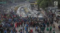Massa mahasiswa memblokade Tol Dalam Kota saat berunjuk rasa di depan Gedung DPR/ MPR RI, Jakarta, Selasa (24/9/2019). Unjuk rasa menuntut penolakan atas pengesahan sejumlah RUU kontroversial tersebut diwarnai aksi bakar sejumlah kardus di tol dalam kota. (Liputan6.com/Faizal Fanani)