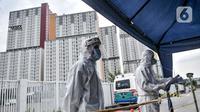 Tim medis yang mengantar pasien COVID-19 melapor kepada petugas penjaga saat tiba di RSD Wisma Atlet, Kemayoran, Jakarta, Selasa (17/11/2020). Jumlah pasien isolasi mandiri COVID-19 di Tower 4 dan 5 RSD Wisma Atlet bertambah 86 orang dari 811 menjadi 897. (merdeka.com/Iqbal S. Nugroho)