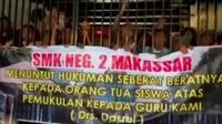 Ratusan siswa SMKN 2 Makassar menggelar unjuk rasa di sekolah mereka di Jalan Pancasila Makassar, Sulawesi Selatan.