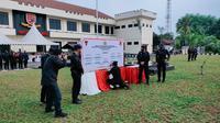 Komandan gegana meneken pakta integritas. (Dokumentasi Divisi Humas Polri)