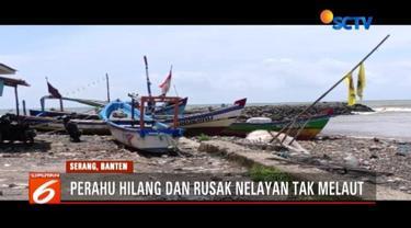 Lebih dari dua minggu pascatsunami Selat Sunda, nelayan di Cinangka, Serang, Banten, masih tak melaut lantaran perahu mereka rusak.