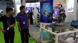 Pengunjung melihat robot buatan Hsoar yang dapat bekerja sama dengan peredam cycloid vektor, selama China International Robot Show di Shanghai (10/7/2019). Pameran yang menghadirkan robot-robot canggih ini diselenggarakan dari 10 sampai 13 Juli 2019. (AFP Photo/STR)