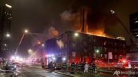 Petugas pemadam kebakaran memadamkan kebakaran empat alarm di Francis Drake Hotel yang pecah dini hari tanggal 25 Desember 2019, di Minneapolis, Minnesota. (Foto: David Joles/Star Tribune via AP)