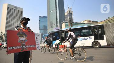 Pengguna sepeda melintas saat sosialisasi penerapan protokol kesehatan PSBB di Bundaran HI, Jakarta, Minggu (13/9/2020). Kepastian pemberlakuan kembali PSBB di Jakarta masih dibahas antara Pemprov DKI dan pemerintah pusat dan akan diumumkan nanti sore. (merdeka.com/Arie Basuki)