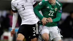 Gelandang Timnas Jerman, Jonas Hector berebut bola dengan pemain Timnas Irlandia Utara, Shayne Lavery pada laga Grup C Kualifikasi Piala Eropa 2020 di Commerzbank Arena, Selasa (19/11/2019). Timnas Jerman sanggup membenamkan Irlandia Utara dengan skor telak 6-1. (AP/Michael Probst)