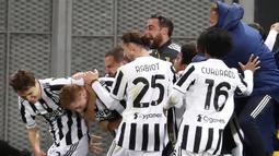 Para pemain Juventus merayakan gol pertama ke gawang Atalanta yang dicetak striker Dejan Kulusevski (kedua dari kiri) dalam laga final Coppa Italia 2020/2021 di Mapei Stadium, Rabu (19/5/2021). Juventus menang 2-1 dan menjadi juara. (AP/Antonio Calanni)