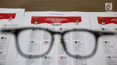 Contoh surat suara Pemilu 2019 di Kantor Komisi Pemilihan Umum (KPU), Jakarta, Kamis (13/12). KPU menggelar validasi untuk mencocokkan nama dan gelar caleg pada surat suara Pemilu 2019. (Liputan6.com/Faizal Fanani)