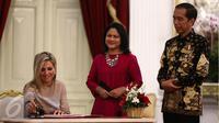 Presiden Jokowi (kanan) didampingi Ibu Negara Iriana Joko Widodo (tengah) menerima kunjungan Ratu Kerajaan Belanda Maxima (kiri) di Istana Merdeka, Jakarta, Kamis (1/9). (Liputan6.com/Faizal Fanani)