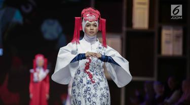 Model mengenakan busana rancangan desainer Ina Priyono saat tampil dalam Muslim Fashion Festival 2018 di Jakarta, Jumat (20/4). Ina Priyono menampilkan rancanganya dengan tema 'Beautiful Niujie'. (Liputan6.com/Faizal Fanani)
