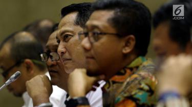 Dirut Bulog Budi Waseso (tengah) mengikuti RDP dengan Komisi VI DPR di Kompleks Parlemen, Jakarta, Senin (21/5). Rapat membahas ketersediaan stok serta stabilitas harga pangan di bulan Ramadan sekaligus menjelang Idul Fitri. (Liputan6.com/Johan Tallo)