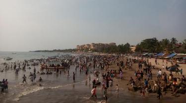 Ribuan Wisatawan Masih Penuhi Pantai Anyer