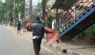 Ayah gendong jenazah anak. (Merdeka.com)