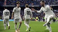 Bek Real Madrid, Sergio Ramos, merayakan gol yang dicetaknya ke gawang Real Valladolid pada laga La Liga Spanyol di Stadion Santiago Bernabeu, Madrid, Sabtu (3/11). Madrid menang 2-0 atas Valladolid. (AFP/Javier Soriano)