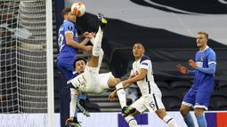 Gelandang Tottenham Hotspur, Dele Alli melepaskan tendangan salto yang berbuah gol pertama timnya ke gawang Wolfsberger dalam laga leg kedua babak 32 Besar Liga Europa 2020/21 di Tottenham Hotspur Stadium, Rabu (25/2/2021). Tottenham menang 4-0 atas Wolfsberger. (AP/Julian Finney/Pool)