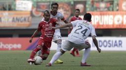 Gelandang Persija Jakarta, Riko Simanjuntak, berusaha melewati pemain Bali United pada laga Shopee Liga 1 di Stadion Patriot Chandrabhaga, Bekasi, Kamis (19/9). Bali United menang 1-0 atas Persija. (Bola.com/Yoppy Renato)