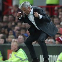 Tingkah Manajer Manchester United Jose Mourinho saat timnya menghadapi Leicester City dalam Premier League Inggris di Old Trafford, Manchester, Inggris, Jumat (10/8). (AP Photo/Jon Super)