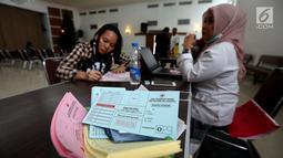Salah seorang dari Jemaat Gereja Protestan Indonesia Bagian Barat (GPIB) mengisi form sebelum mengikuti donor darah, Jakarta, Minggu (3/12). Kegiatan tersebut diadakan dalam rangkaian acara Natal. (Liputan6.com/JohanTallo)