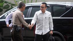 Menteri Pemuda dan Olahraga (Menpora), Imam Nahrawi menyapa seorang polisi saat tiba di Gedung KPK, Jakarta, Kamis (24/1). Menpora Imam memenuhi panggilan sebagai saksi dalam kasus dugaan suap terkait dana hibah Kemenpora ke KONI (Merdeka.com/Dwi Narwoko)