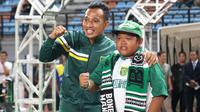 Bonek cilik I Gede Deni Sanjaya, bersama pemain Persebaya Surabaya, Irfan Jaya di Stadion Gelora Bung Tomo, Sabtu (11/5/2019). (Bola.com/Aditya Wany)