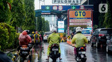 Pengendara sepeda motor memasuki Tol Pulomas, Jakarta, Sabtu (8/2/2020). Pengendara sepeda motor memasuki Tol Pulomas lantaran Jalan Ahmad Yani perempatan Gudang Garam terendam banjir setinggi lutut orang dewasa. (merdeka.com/Imam Buhori)