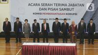 Pimpinan KPK dan Dewan Pengawas KPK saat pisah sambut usai pelantikan di Gedung KPK, Jakarta, Jumat (20/12/2019). Acara ini dihadiri pimpindan dan Dewan Pengawas KPK. (merdeka.com/Dwi Narwoko)