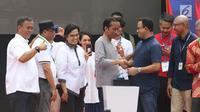 Presiden Joko Widodo (tengah) bersama Gubernur DKI Jakarta, Anies Baswedan saat peresmian pengoperasian Moda Raya Terpadu Jakarta fase 1 sekaligus pencanangan pembangunan MRT fase 2. di kawasan Bundaran HI, Minggu (24/3). (Liputan6.com/Helmi Fithriansyah)