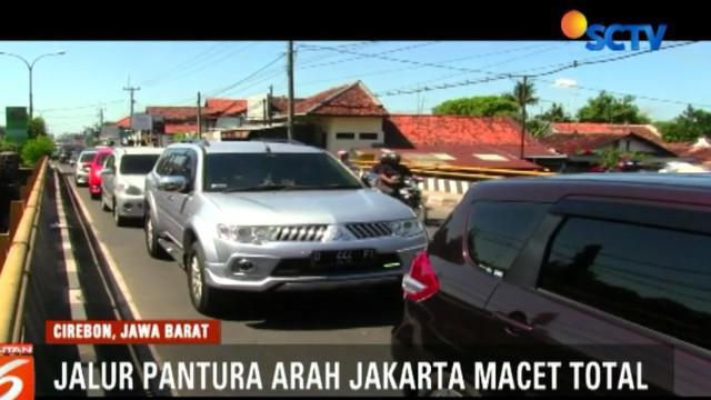 Kemacetan juga diperparah banyaknya parkir liar dan hilir mudik warga ke pusat oleh oleh dan kuliner.