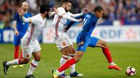 Penyerang Prancis, Kylian Mbappe (kanan) berusaha membawa bola dari kejaran dua pemain Spanyol Isco dan Jordi Alba pada laga persahabatan di Paris, (29/3). Spanyol menang atas Prancis dengan skor 2-0. (AP Photo / Christophe Ena)