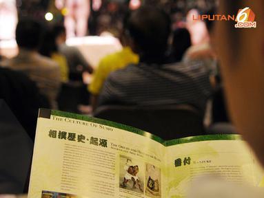 Selain bisa melihat langsung olahraga tradisional Jepang ini penonton juga bisa membaca literatur sejarah Sumo (Liputan6.com/ Helmi Fithriansyah)