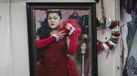 Foto Ilustrasi: Migran transgender Sasha, berdandan pada Hari Visibilitas Transgender Internasional (TDOV) di Meksiko. (Herika Martinez / AFP)