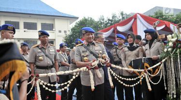 Kapolri Jenderal Tito Karnavian menggunting pita meresmikan armada baru Korps Kepolisian Air dan Udara (Korpolairud) saat HUT ke-68 Korpolairud di Mako Ditpolairud, Jakarta, Senin (3/12). Tito meresmikan 25 armada baru. (Merdeka.com/Iqbal Nugroho)