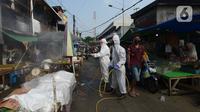 Petugas Palang Merah Indonesia (PMI) melakukan spraying pasar Karang Anyar dengan cairan disinfektan, Jakarta Pusat, Rabu (24/6/2020). Penyemprotan cairan disinfektan yang dilakukan tesebut untuk memutus penyebaran virus corona (COVID-19) pada PSBB Transisi new normal. (merdeka.com/Imam Buhori)