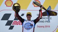 Pembalap EG 0,0 Marc VDS, Alex Marquez, berhasil meraih podium kedua Moto2 Malaysia musim ini di Sirkuit Sepang, Minggu (3/11/2019) siang WIB. Hasil tersebut telah cukup membuat Alex mengamankan gelar juara dunia Moto2 2019. (AFP/Mohd Rasfan)