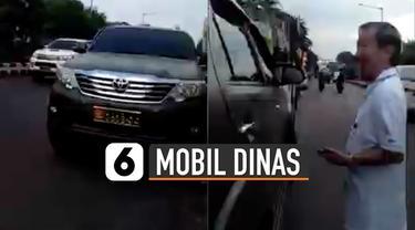 Baru-baru ini beredar video warga sipil mengaku Anggota TNI gunakan mobil dinas. Tampak santai saja pria ini membeli makanan di warung menggunakan mobil itu.