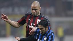Penyerang Inter Milan, Eder (kanan) berusaha mengontrol bola dari kawalan bek AC Milan, Alex pada lanjutan Serie A Liga Italia di Stadion San Siro, Milan (31/01/2016). AC Milan menang telak atas Inter Milan dengan skor 3-0. (REUTERS/Alessandro Garofalo)
