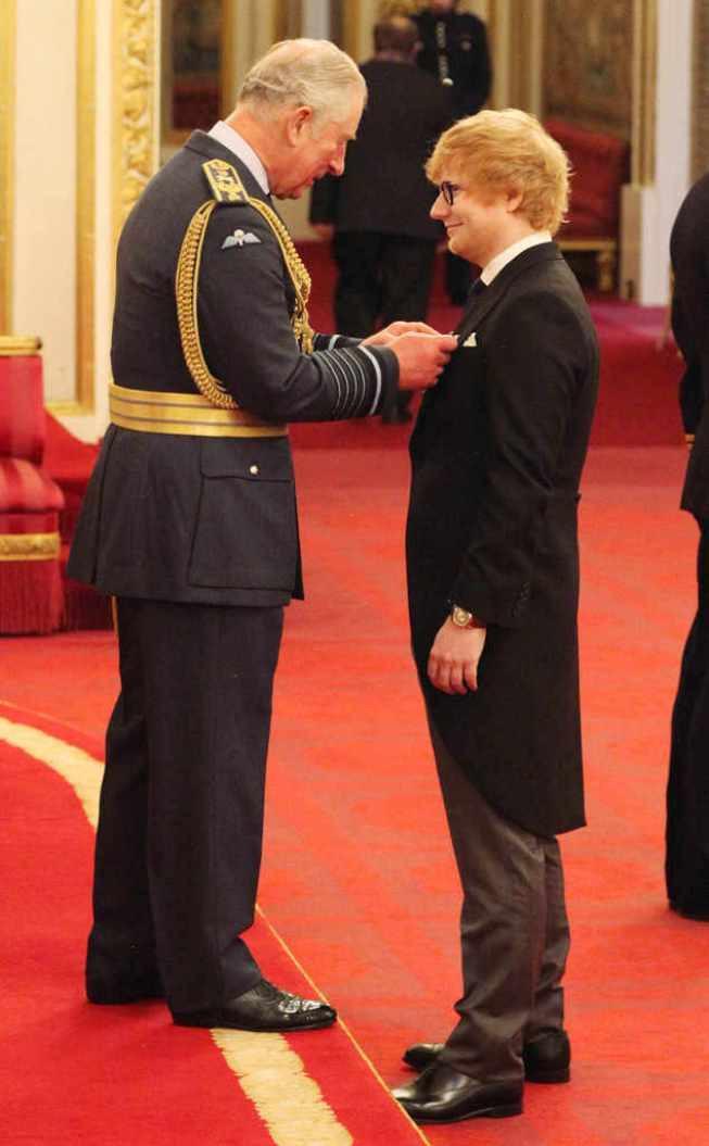 Ed Sheeran mendapat penghargaan dari Pangeran Charles di Buckingham Palace, Inggris. (eonline.com)